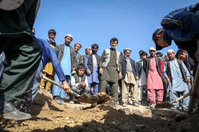 Afganistan'da okul önündeki patlamada ölü sayısı 68'e yükseldi