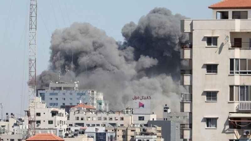 İşgalci İsrail, medya kuruluşlarının yer aldığı 13 katlı binayı vurdu