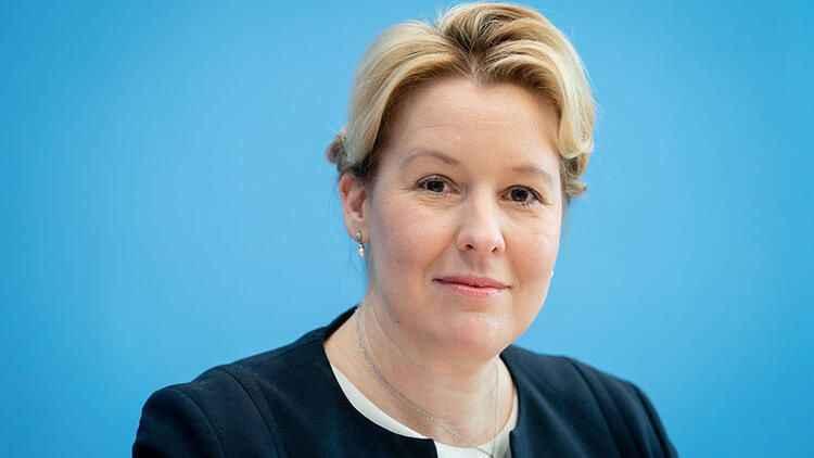 Almanya'da intihal yaptığı iddia edilen bakan istifa etti!