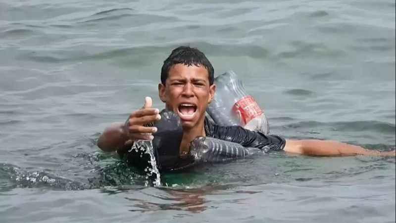 Akdeniz'de göçmen trajedisi! Kolunda plastik şişelerle geçmeye çalıştı