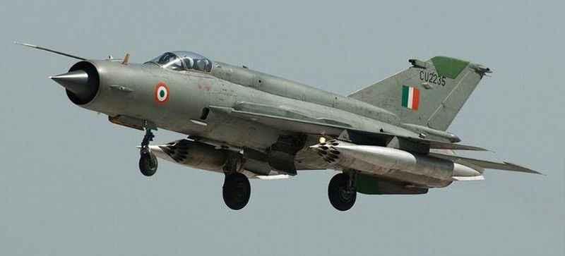 Hindistan'da askeri eğitim uçağı düştü