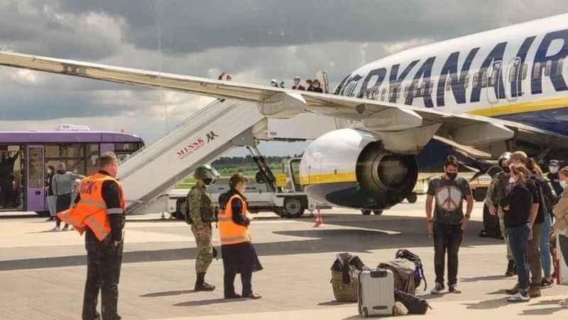 Yolcu uçağını zorla indirerek muhalif gazeteciyi gözaltına aldılar