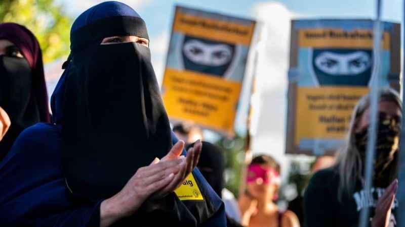 Müslüman kadınları banka soyguncularına benzetti! Johnson özür diledi
