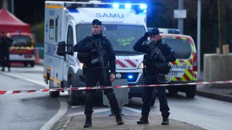 Son Dakika: Fransa'da polis karakoluna bıçaklı saldırı düzenlendi