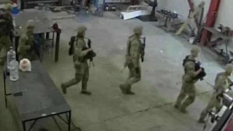 Amerikan askerleri, Bulgaristan'da bir fabrikaya baskın yaptı!
