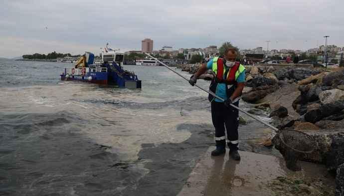 Kartal sahilleri deniz salyasından temizleniyor