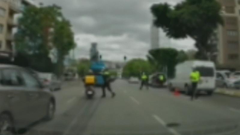 Polis, seyir halindeki moto kuryeyi kaskına vurarak durdurmaya çalıştı