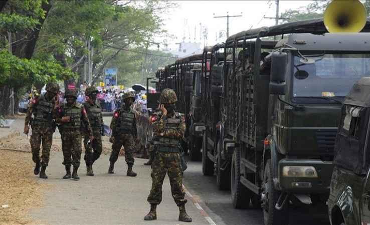 Askerler orduyu terk edip karşıt gruplara katılıyor!