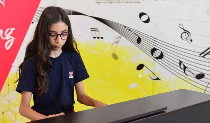 11 yaşındaki Defne Ekmekçi piyano yarışmasında birinci oldu