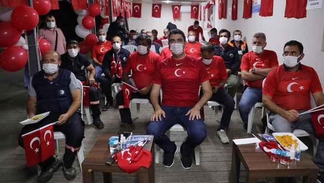 Gökhan Yüksel, Türkiye İtalya maçını belediye çalışanları ile izledi