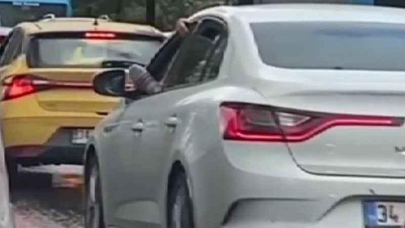 Ayağını camdan çıkararak araba süren adama para cezası!