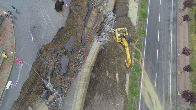 İstanbul'u sel aldı: Bir istinat duvarı çöktü!