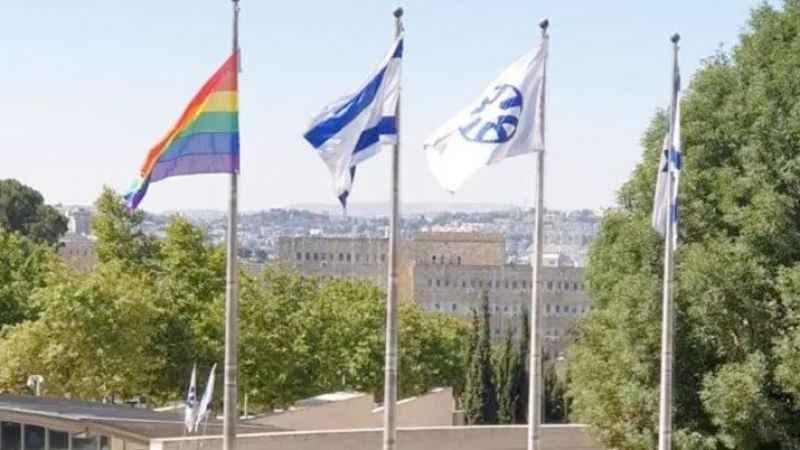 Siyonist proje LGBT sapkınlığı! Bayrağını göndere çektiler