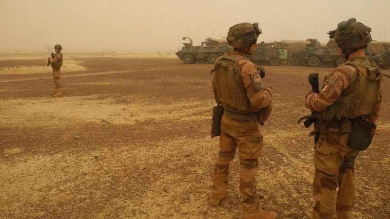 Fransız askerlere intihar saldırısı! 10 yaralı