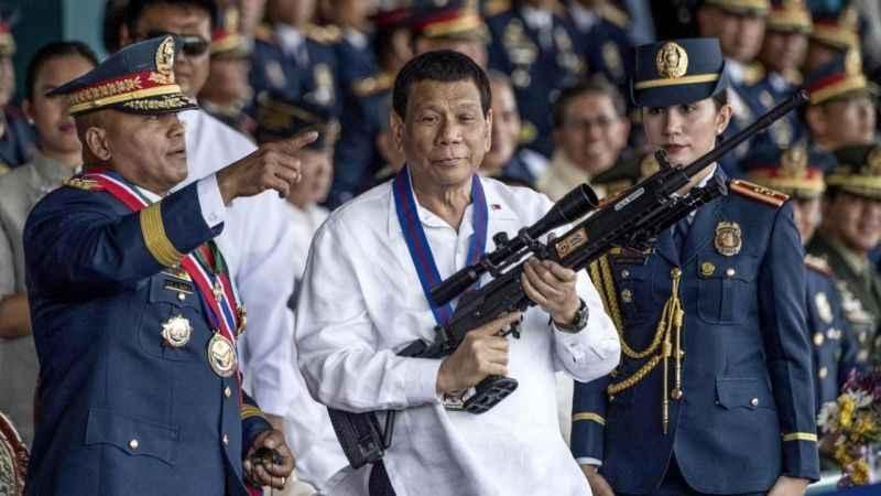 Filipinler'de aşı olmayanlar hapse atılacak!
