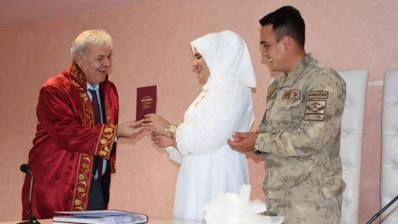 Uzman Çavuş, nikahına askeri kamuflajla katıldı