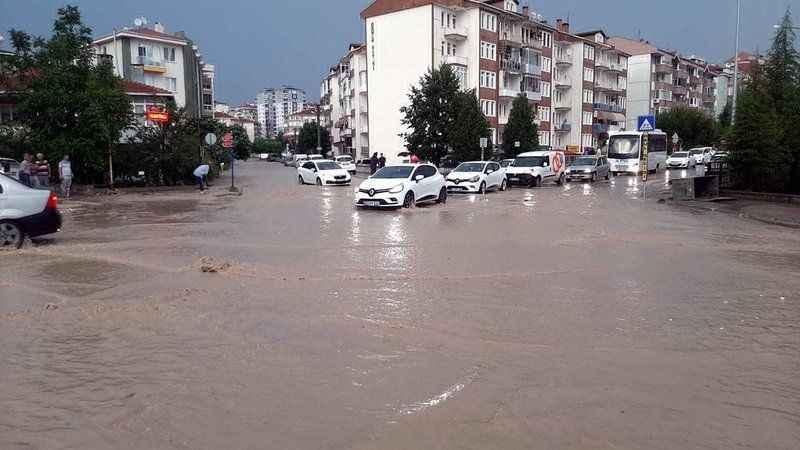 Dolu ve sağanak: Yollar aniden suyla kaplandı