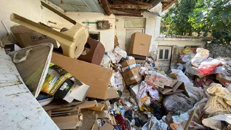 'Kötü koku' şikayeti: Evden 3 kamyon çöp çıktı