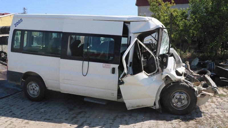 Tarım işçilerinin minibüsü, kamyonete çarptı: Onlarca yaralı var
