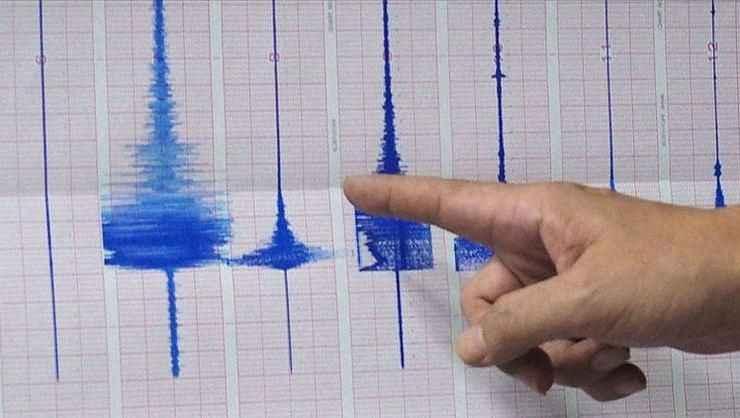 İzmir'in Karaburun'da peş peşe korkutan depremler