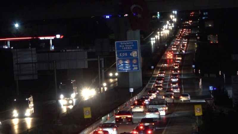 Tatilciler dönüşe geçti 43 ilin geçiş güzergahında trafik yoğun