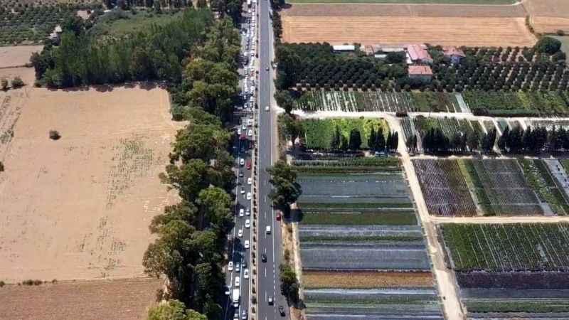 Tatildönüşünde yollar tıkandı: 15 kilometrelik araç kuyruğu oluştu