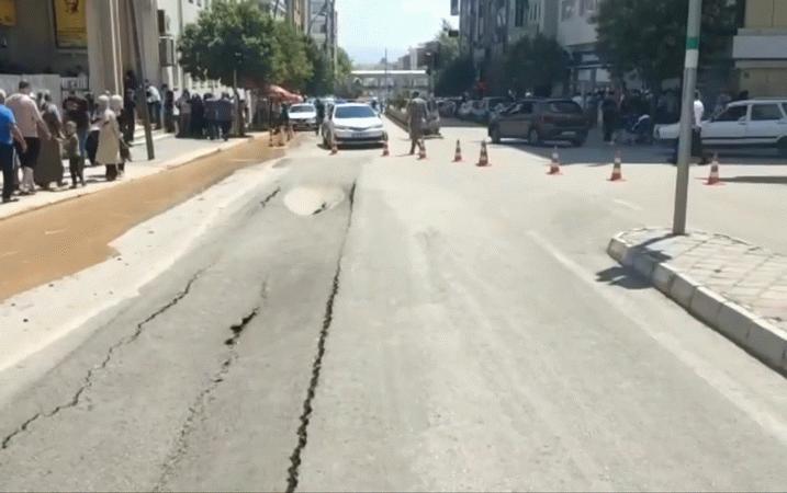 Elâzığ'ının işlek caddesindeki yol çöktü