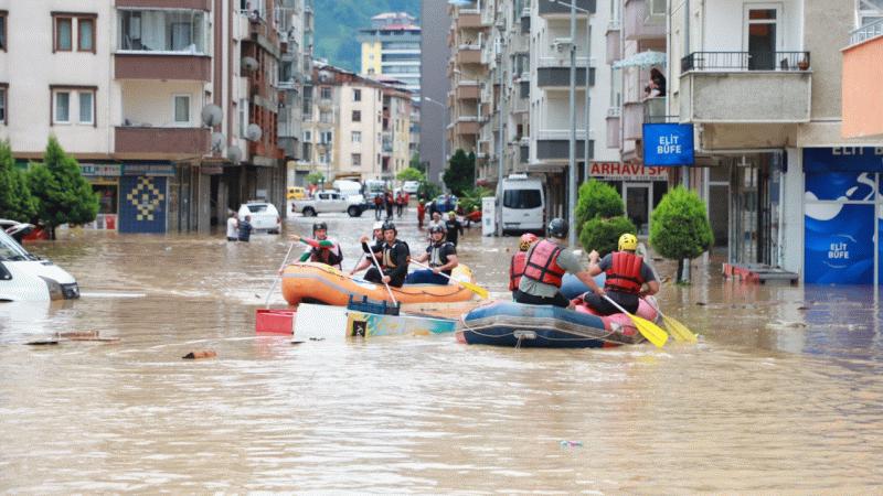 Ev ve işyerlerinde su baskını: Artvin Arhavi yine sele teslim
