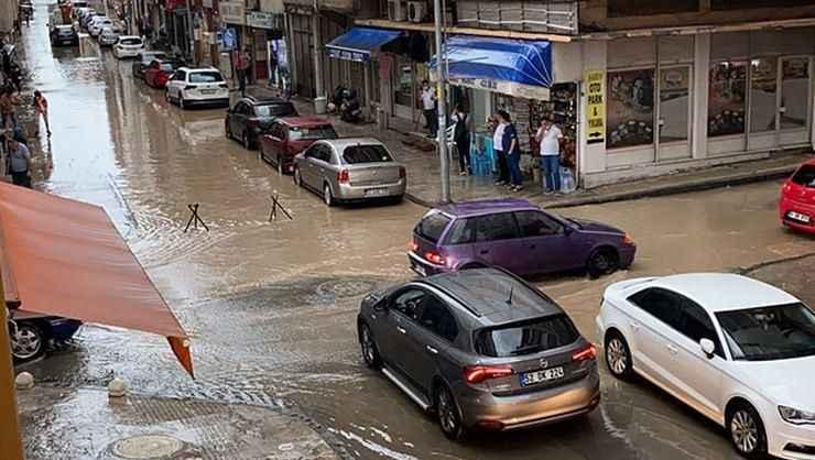 Ordu'da sağanak yağış sonrası yollar göle döndü