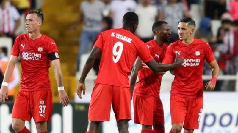 Taraftarı karşısına çıkan Sivasspor, Avrupa'da üst tura çıktı