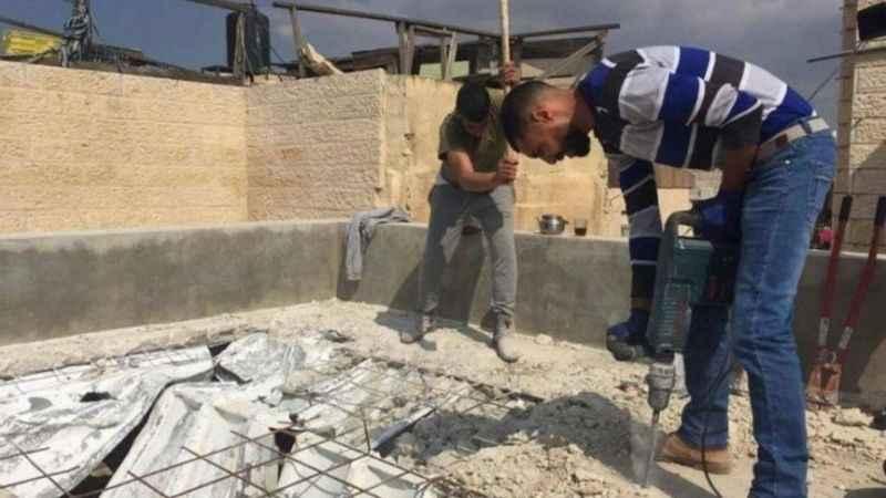 Siyonist İsrail Filistinlilere evlerini kendi elleriyle yıktırıyor!