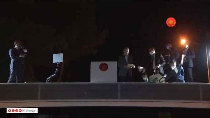 Erdoğan, afet bölgesi olan Marmaris'te vatandaşlara çay fırlattı