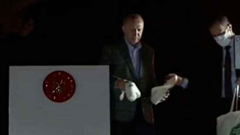 Erdoğan bir uçağını satsa yangın krizi çözülecek! Ama çay dağıtıyor
