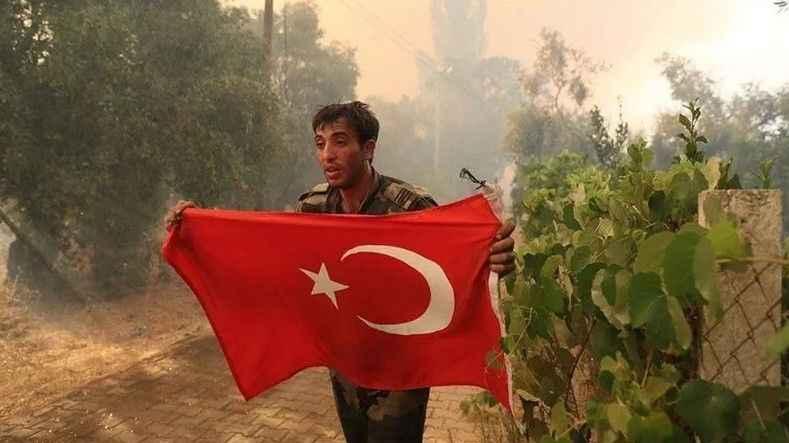 Yangında görevli Azerbaycanlı itfaiyecilerin Türk bayrağı duyarlılığı