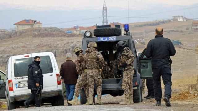 PÖH, Van Çaldıran'da 3 teröristi silahlarıyla etkisiz hale getirdi
