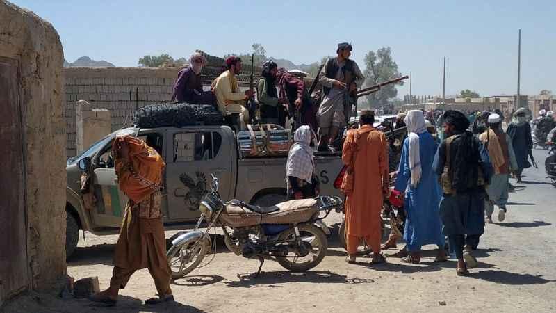 Taliban iki şehri daha ele geçirdi! Kabil'e 11 km kaldı