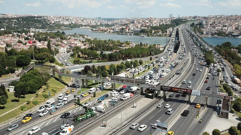 Haliç Köprüsü'nde tuhaf kaza! Otomobili bırakıp kaçtılar...