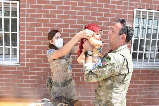Ülkeden ayrılmak isteyenlerin tahliyesi ve havalimanının güvenliği için yoğun mesai yapan askerler, yemeklerini Hamid Karzai Uluslararası Havalimanı'n