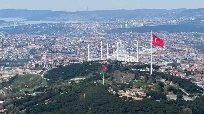 Çamlıca'daki 111 metrelik ve 1000 metrekarelik dev Türk bayrağının bir benzeri Avrupa yakasına da dikilecek.