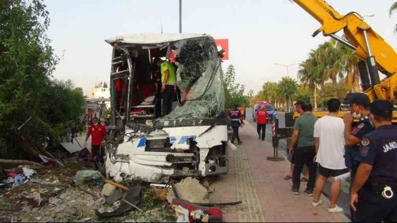 Mersin'de yolcu otobüsü şarampole devrildi! Çok sayıda yaralı var