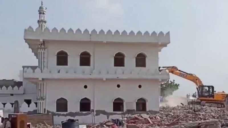 İslam dünyasını sarsacak olay! Tarihi Bilal Camii böyle yıktılar