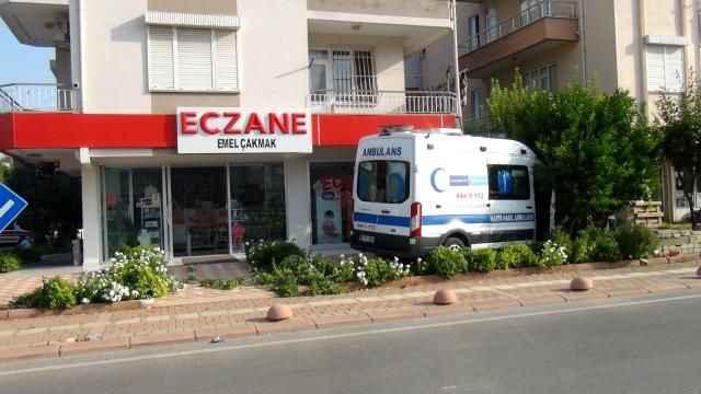 Yoldan çıkan ambulans az daha eczaneye giriyordu