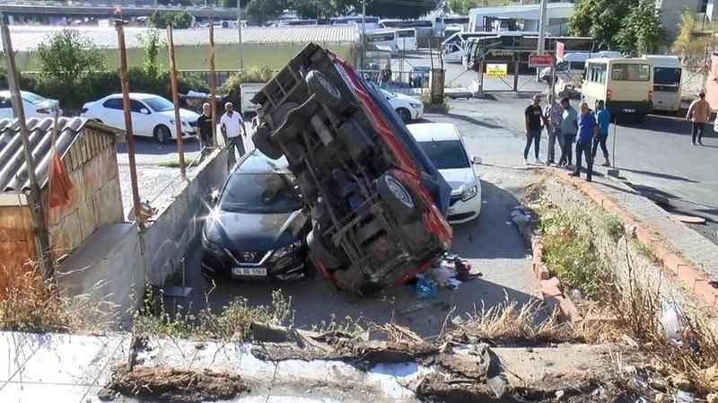 Kamyonet iki otomobilin üzerine düştü