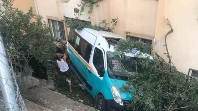 İzmir'de korku dolu anlar! Minibüs apartman bahçesine düştü...
