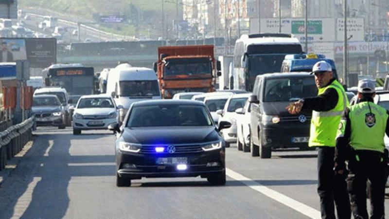 Trafikteki karmaşa daha da arttı! Önce çakar sonra geçiş üstünlüğü