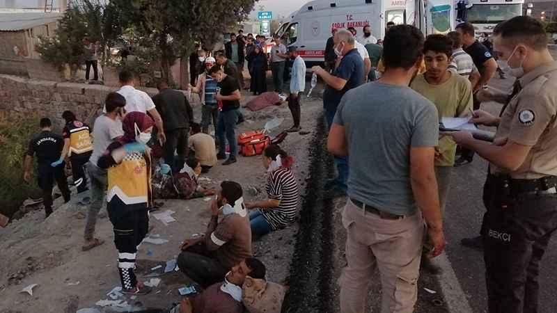Tarım işçilerini taşıyan minibüs ile TIR çarpıştı: Onlarca yaralı