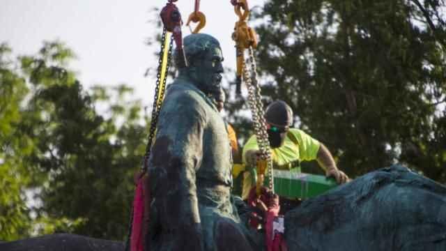ABD'de kölelik yanlısı General Lee'ye ait heykel yıkılıyor