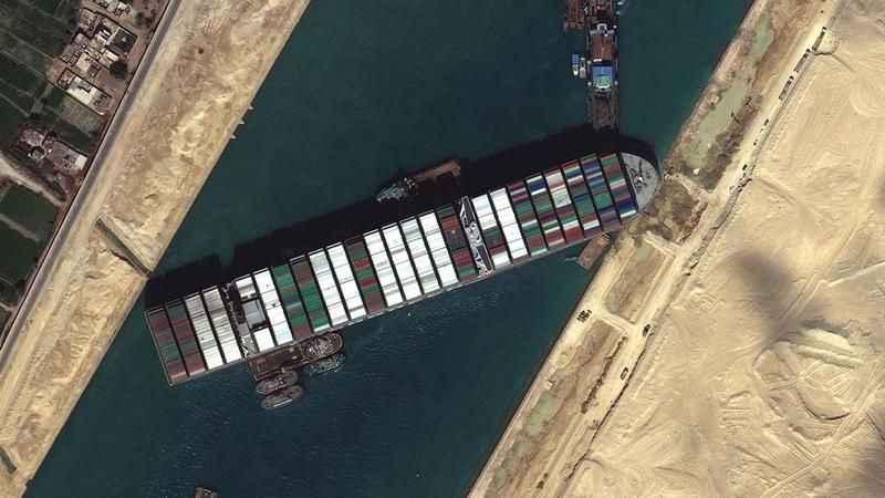 Süveyş Kanalı'nda yine gemi karaya oturdu!