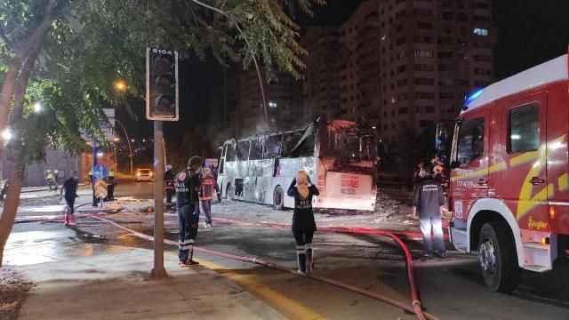 Ankara'dan acı haber! Aydınlatma direğine çarpan otobüs yandı
