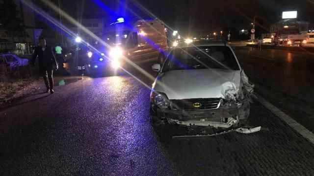 Sakarya'nın Erenler ilçesinde trafik kazası meydana geldi. Kazada biri çocuk 6 kişi yaralandı.
